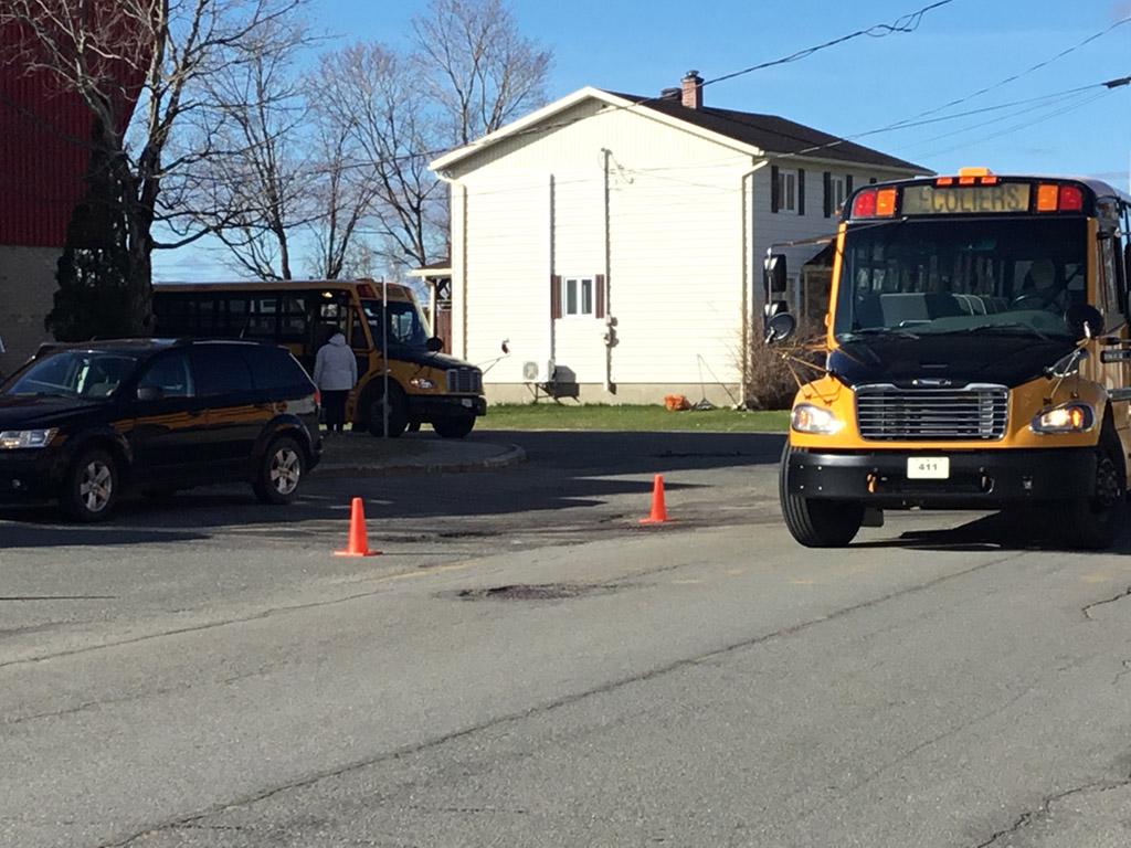 Les élèves à bord des autobus scolaires pour ce retour à l'école après déconfinment.